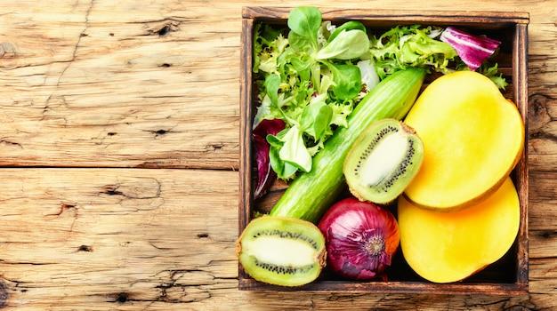 カラフルな果物と野菜