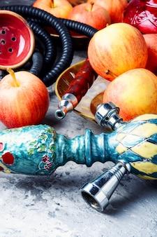 リラックスするためのリンゴと水ギセル