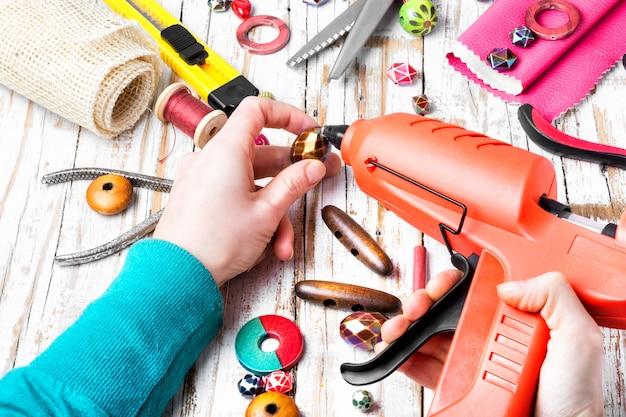 手で針仕事のためのビーズと道具