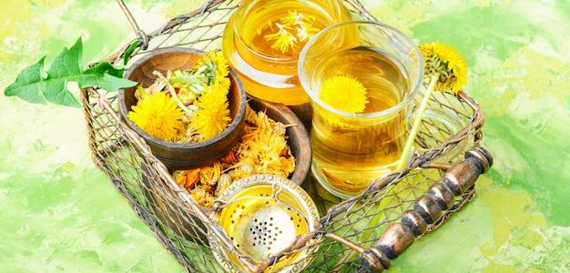 健康的なタンポポの蜂蜜と紅茶