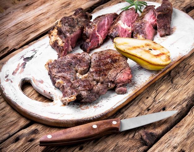 Аппетитное мясо на гриле