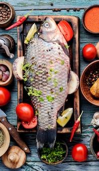 新鮮な生の魚とスパイス