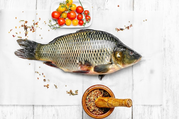 新鮮な鯉を調理する