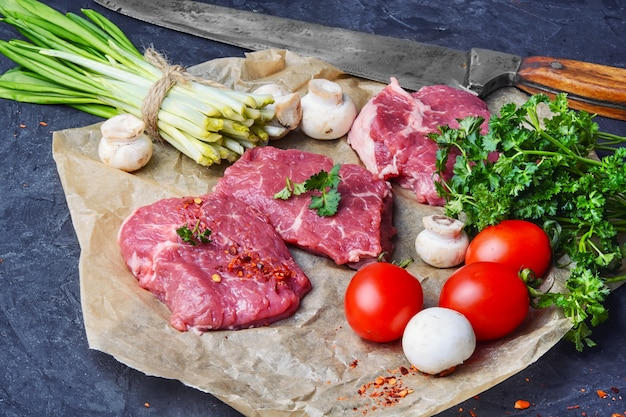 生の肉、牛肉