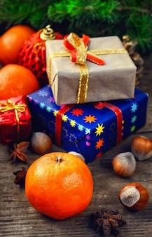 クリスマスプレゼントと休日のシンボル