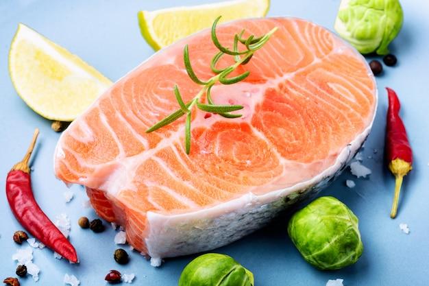 Сырой стейк из лосося