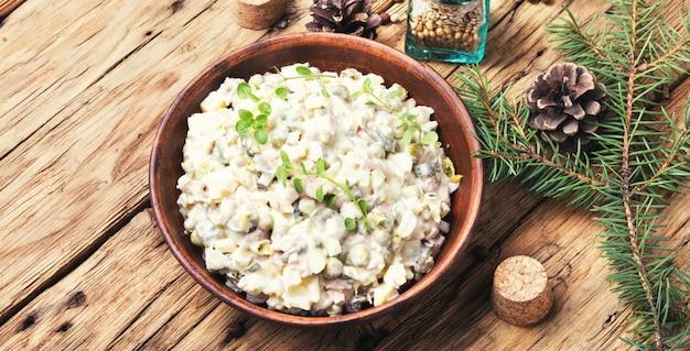Русский мясной салат оливье