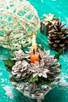 マツ円錐形の背景にレガシーガラスクリスマスグッズ