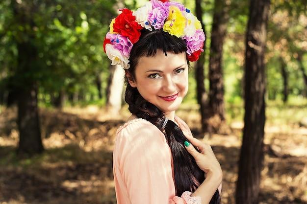 Женщина в венке из роз на голове