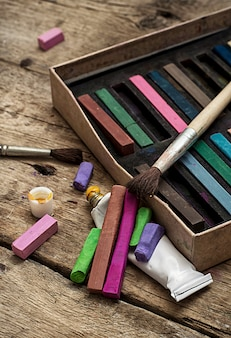 Цветные краски, карандаши и карандаши для рисования в старом стиле