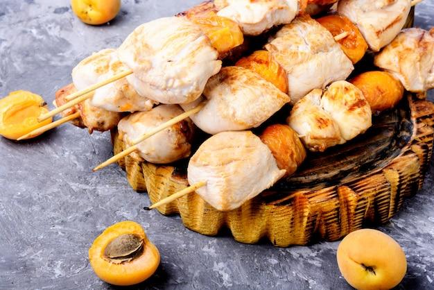 木製の串焼きの七面鳥肉