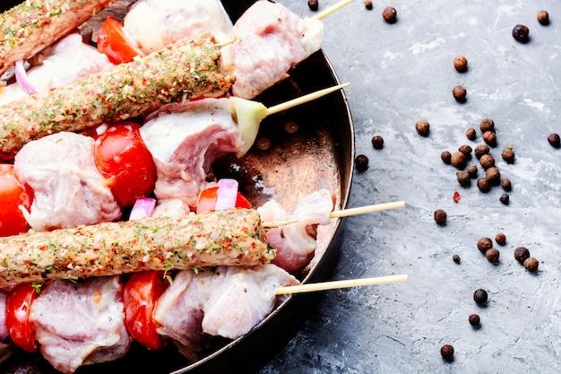 Свежий летний сырой шашлык кебаб
