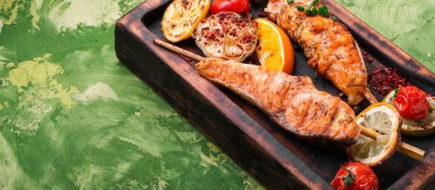 魚とバーベキューの串焼き。グリルサーモンシシカバブ