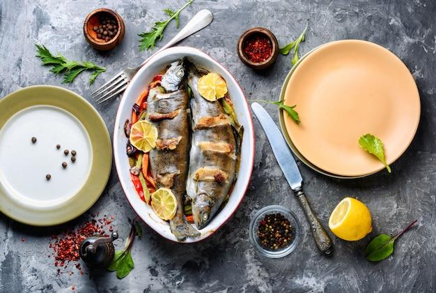 オーブンで焼いたベーコンとマス。野菜と魚