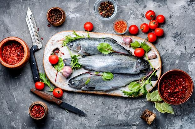 スパイスと調味料を新鮮なマス。料理のための魚料理。シーフード