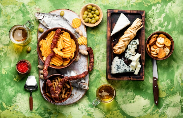 ビールのための軽食の大規模な選択。チーズ、フィッシュ、チップス、スナックのセット。ビール、スナック
