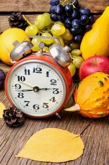 美しい秋の収穫と時計