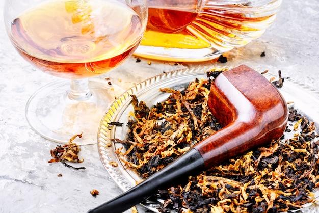 Коньяк и трубочка с табаком