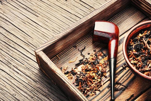 喫煙パイプとタバコ