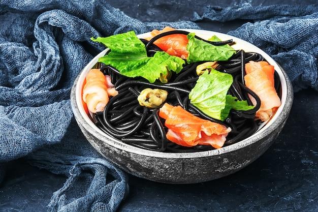 ムール貝とマスの黒パスタ