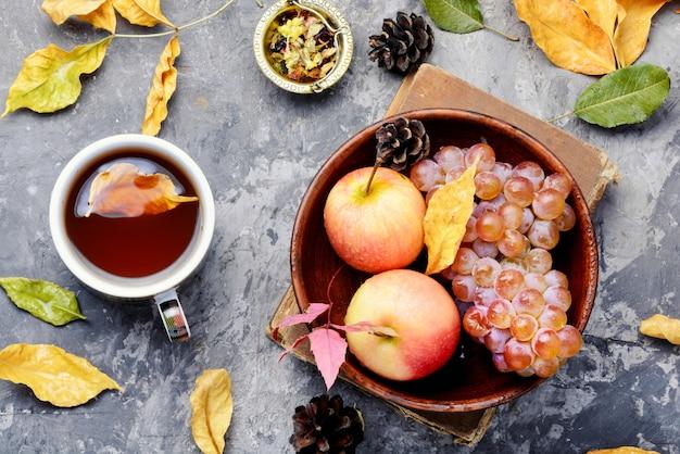 秋の葉とお茶