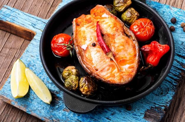 Запеченный стейк из лосося