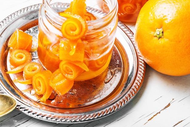 ガラスの瓶にオレンジジャム