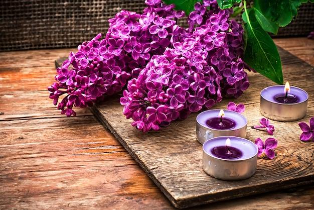 香り高いブッシュは木製のテーブルの上のはさみの背景にライラック