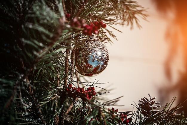 新年のはがきのデザインのためにクリスマスのモミの木、弓とガラスの塗装されたおもちゃ。