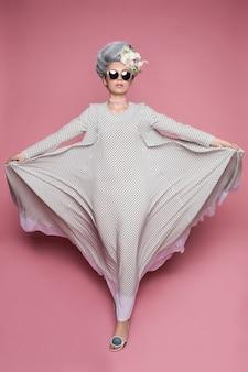 Розовая принцесса девушка стоит и летит с платьем,