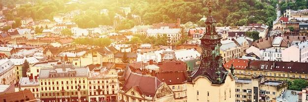 古いリヴィウの眺め。歴史的な市内中心部の家の明るい色の屋根