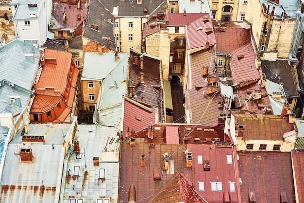 古い屋根の眺め。歴史的な市内中心部の家の明るい色の屋根