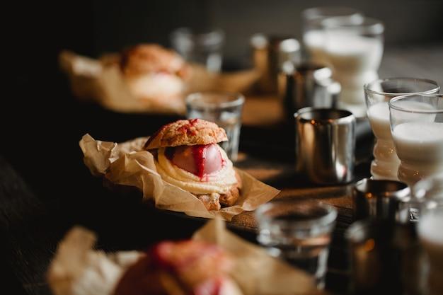Концепция питания. завтрак с кофе эспрессо, молоком и шу десерт в кафе
