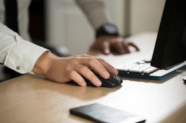 Рука мыши компьютера пользы бизнесмена и печатать, форма соглашения о партнерстве закрепленная для того чтобы заполнить крупный план. концепция успеха в бизнесе, контракт и важный документ, документы или юрист