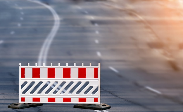 道路再建の赤と白の障壁の標識。道路修理