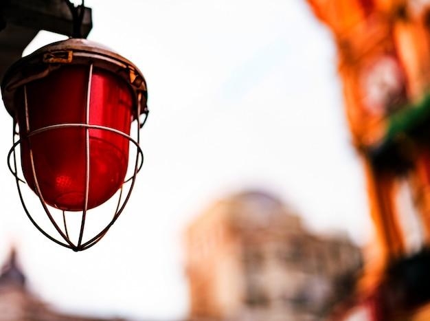 通りに金属フレームと赤いランプ