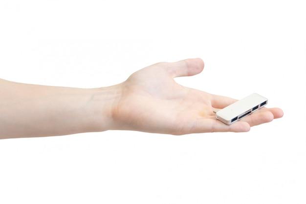 白で隔離される男性の手の中のノートパソコンのカードアダプター
