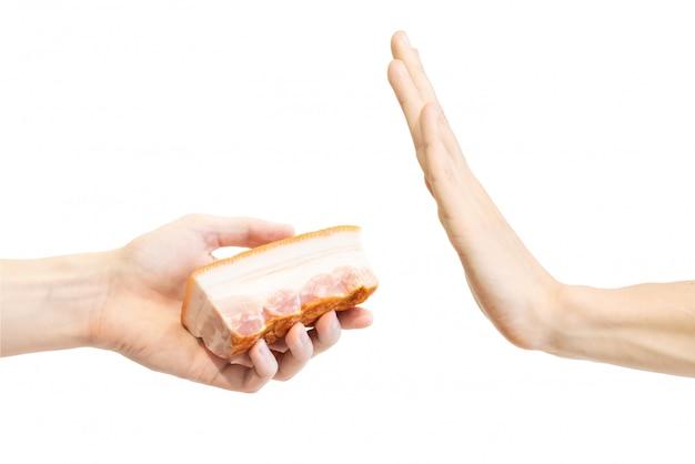男はベーコンの片にノーと言う。
