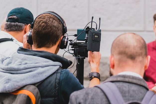 屋外でニュースを撮影するビデオカメラに接続されたアクセサリー。