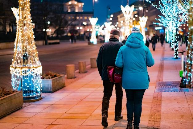 街の通りを歩いている人