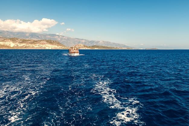 海のトルコの旗の下でヨットします。
