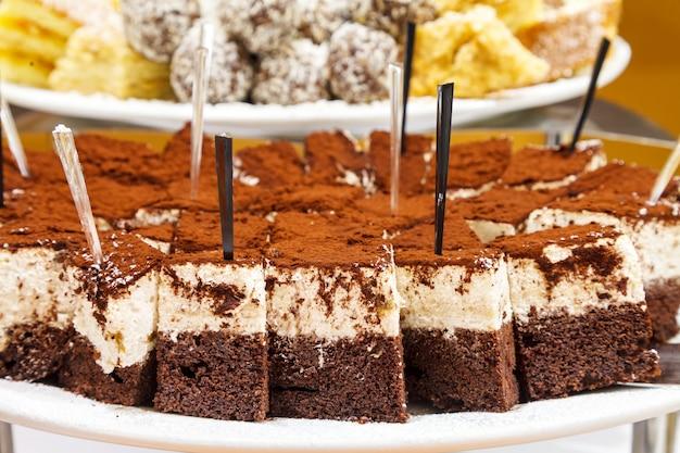 Сладкий нежный шоколадный торт с творожным кремом