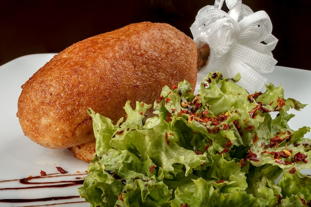 チキンカツレツとレタスの葉。ウクライナの栄養の伝統