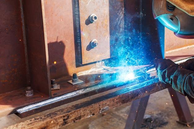 工場での労働者の溶接工業プラントでの溶接