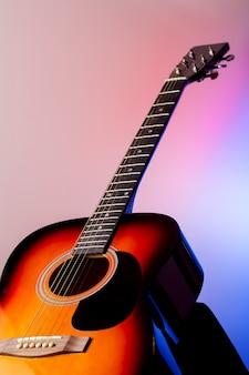 色付きの背景上のアコースティックギター