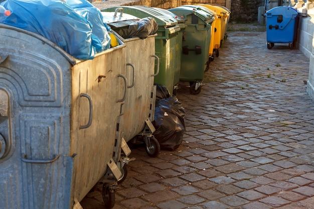 住宅街にゴミ箱が並ぶ