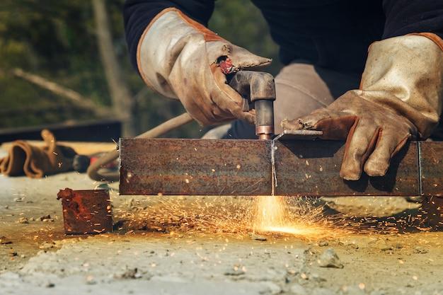 重い鋼板から鋼構造のワークピースのプラズマ切断