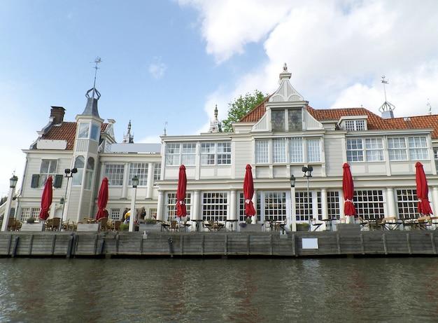 運河クルーズ、アムステルダム、オランダからの印象的なウォーターフロントテラスビュー