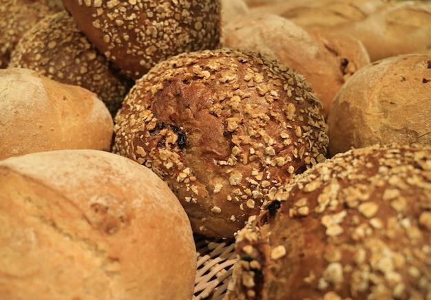 背景のために、パン屋で全粒パンの多くの種類のパンを閉じた