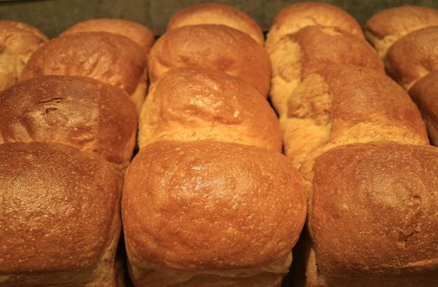 ふわふわの焼きたてのパンのヒープ